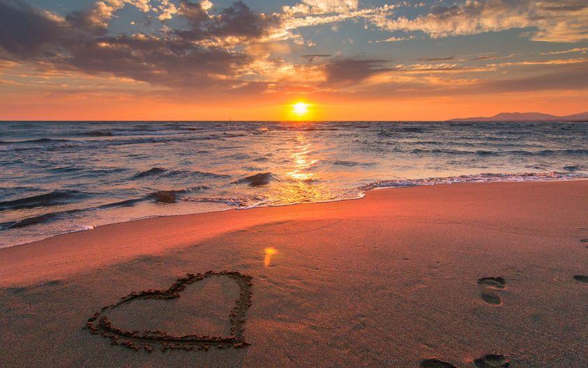 Strand mit Herz im Sand - Der Zusammenhang zwischen Herz und Psyche